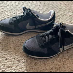 Nike Vintage-style casual sneakers, size 7